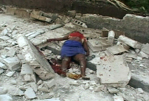 Photo : The body of an earthquake victim is seen in Port-au-Prince ...
